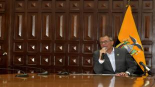 Jorge Glas lee el decreto que limita sus funciones. Quito, Ecuador, 3/08/17