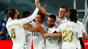 يحتفل سيرجيو راموس من ريال مدريد بتسجيل هدفه الثاني مع زملائه، الدوري الإسباني  ريال مدريد - ريال مايوركا، مدريد، إسبانيا، 24 يونيو/ حزيران 2020.