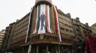 صورة لملصق عملاق للرئيس المصري عبد الفتاح السيسي في القاهرة في 22 أيار/مايو 2018