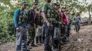 """مقاتلون في صفوف """"القوات المسلحة الثورية الكولومبية"""" في مخيم في لا غواخيرا في 3 نيسان/أبريل 2017"""