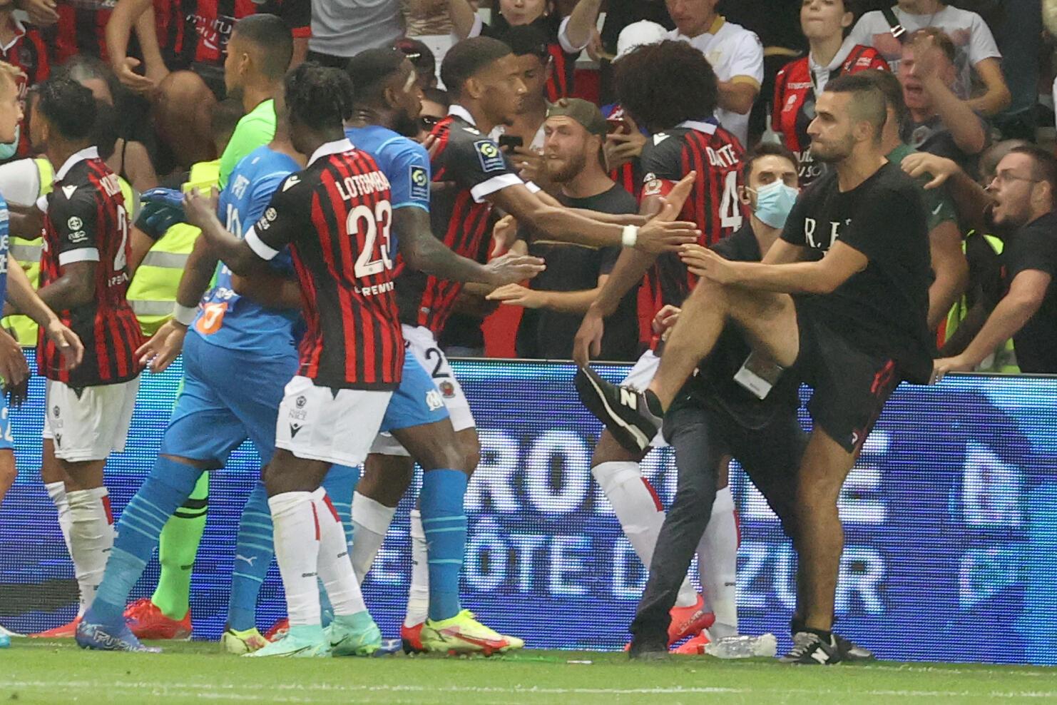 Un supporter aux prises avec les joueurs de Nice-Marseille, interrompu à la 75e après des incidents au stade Allianz Riviera de Nice, le 22 août 2021.