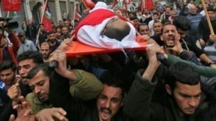 فلسطينيون يشيعون الصحافي أحمد أبو حسين في 26 نيسان/أبريل في جباليا بشمال قطاع غزة.