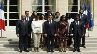 Emmanuel Macron rodeado por miembros del Consejo Presidencial para África, el 29 de agosto, en el Elíseo.