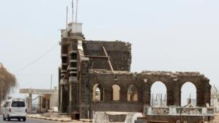 صورة التقطت بتاريخ 2 آب/أغسطس 2017 لمبنى تاريخي في حي التواهي في مدينة عدن اليمنية تعرض لأضرار جراء الاشتباكات التي شهدتها عدن خلال السنوات الأخيرة