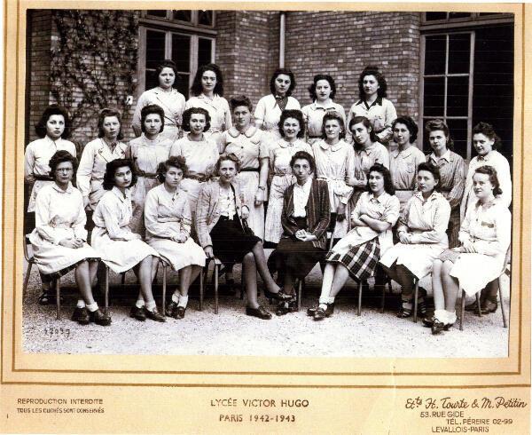 La classe de Louise Dillery au lycée Victor Hugo, en 1942-1943. Elle est la première au deuxième rang, en partant de la gauche.