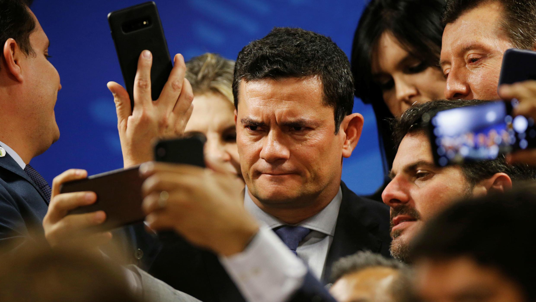 El ministro de Justicia de Brasil, Sérgio Moro, posa para una película durante una ceremonia en el Palacio Planalto de Brasilia, Brasil, el 17 de junio de 2019.