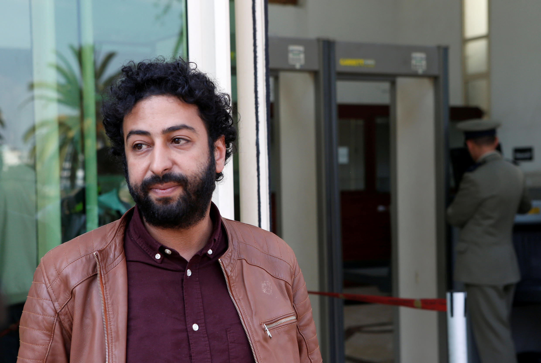 الصحافي والناشط عمر الراضي ينتظر خارج المحكمة في الدار البيضاء، المغرب، 12 مارس/آذار 2020.