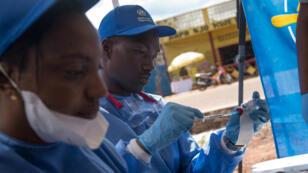 Des infirmières préparent la vaccination à Mbandaka, le 21 mai 2018.