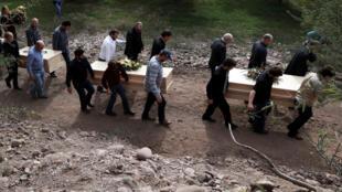 Familiares cargan los restos de Dawna Ray Langford y sus hijos Trevor y Rogan para ser enterrados en el cementerio de La Mora, en Sonora, México, el 7 de noviembre de 2019.