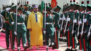 Le roi du Maroc, Mohammed VI, lors de son arrivée au palais présidentiel d'Abuja, au Nigeria, le 2 décembre 2016.