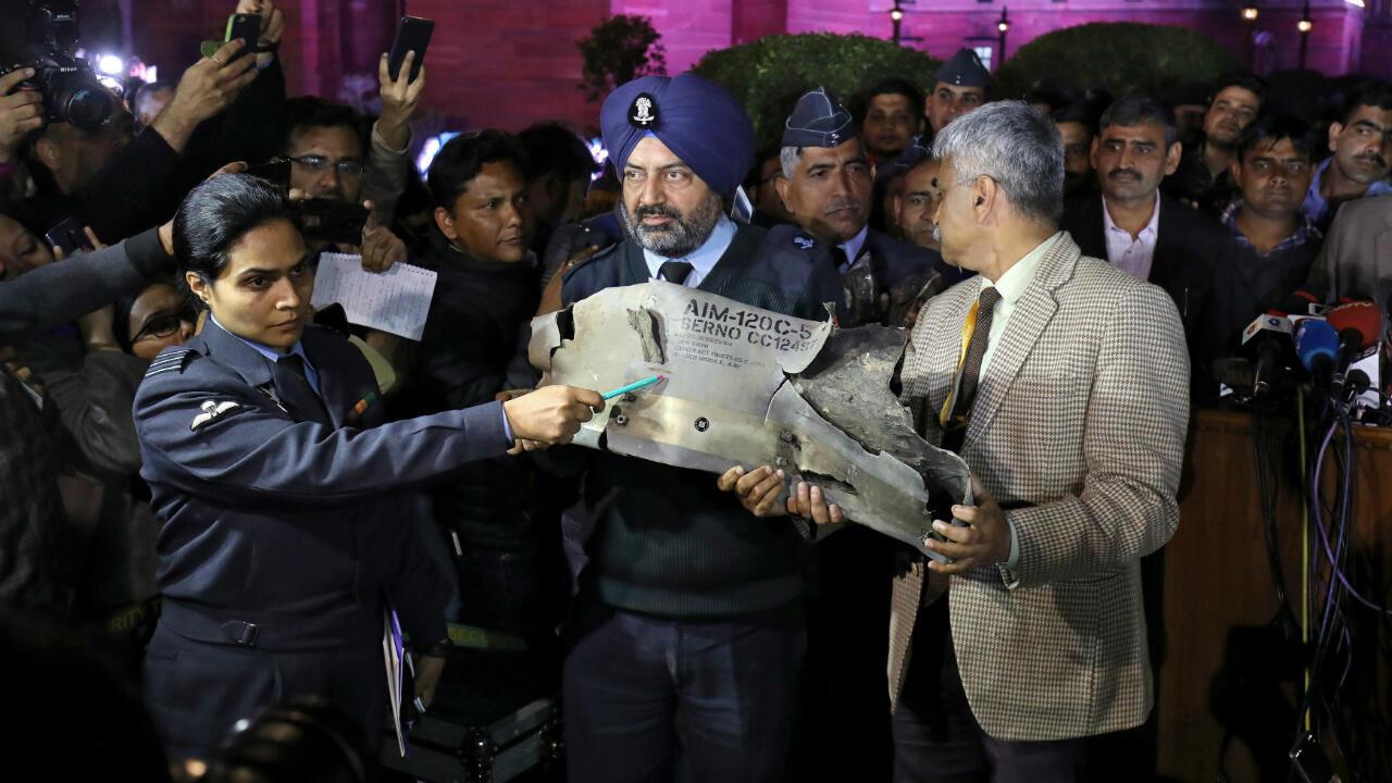 Integrantes de las Fuerzas Armadas indias muestran partes de un misil paquistaní presuntamente lanzado el 27 de febrero.