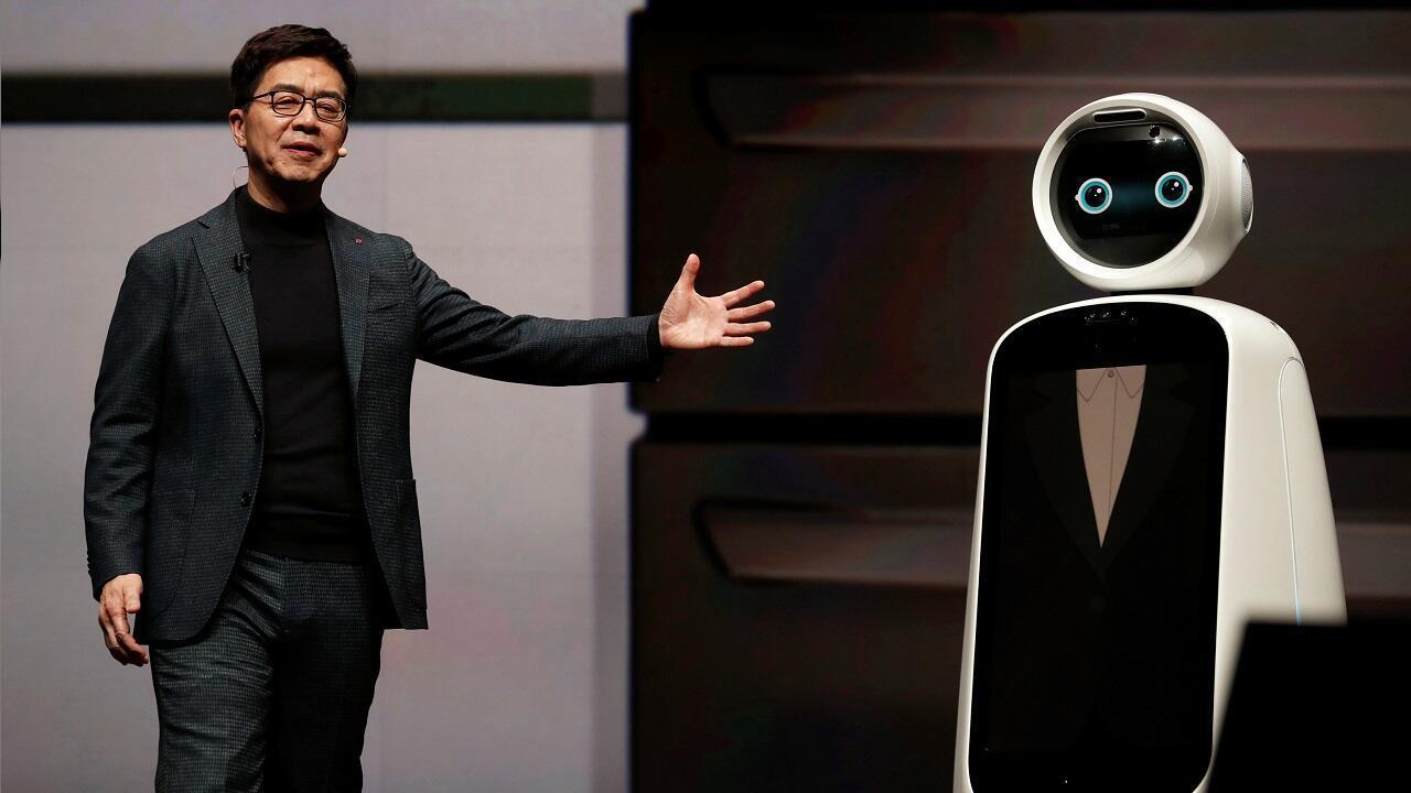 I.P. Park, presidente y director técnico de LG Electronics, presenta el robot LG Cloi, capaz de desarrollar desde las más sencillas, hasta las más sofisticadas labores del hogar en Las Vegas, EE. UU. el 7 de enero de 2019.