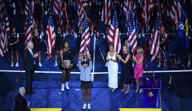 Naomi Osaka de Japón posa con el trofeo del campeonato después de derrotar a Serena Williams de los Estados Unidos en el día trece del torneo de tenis abierto de 2018 en el USTA Billie Jean King National Tennis Center, el 08 de septiembre.