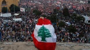 Visión general de los manifestantes durante una protesta contra el gobierno en el centro de Beirut. 20 de octubre de 2019.