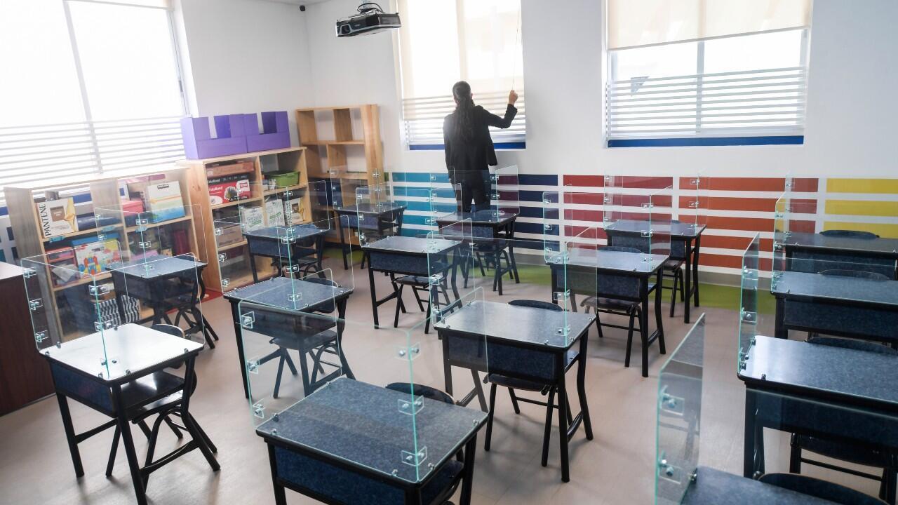 Archivo- Imagen de escritorios escolares con escudos acrílicos, como preparación a un eventual regreso a clases, en medio de la pandemia del Covid-19, en una escuela de Ciudad de México, México, el 15 de julio de 2020.