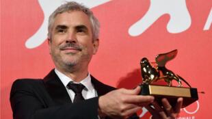 El director mexicano, Alfonso Cuarón, recibió el León de Oro en el Festival de cine de Venecia por su película 'Roma'. 8 de septiembre de 2018.