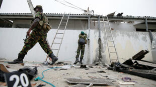 Personal de seguridad patrulla la vivienda donde se realizó una operación del ejército el viernes 26 de abril de 2019 en Kalmunai, este de la isla.