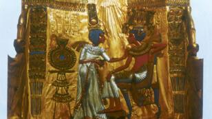 Représentation du pharaon Toutânkhamon (XIVe siècle avant Jésus-Christ) et sa femme Ânkhésenamon, fille d'Akhenaton, sur le trône en or de Toutânkhamon exposé au musée égyptien du Caire, en Égypte.