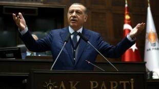 الرئيس التركي رجب طيب اردوغان يلقي خطابا في مقر حزبه حزب العدالة والتنمية بأنقرة في 13/06/2017