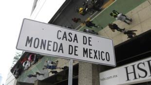 Vista de una señal de ubicación frente a la Casa de Moneda luego de que un grupo armado robara estas instalaciones en el céntrico Paseo de la Reforma de la Ciudad de México el martes 6 de agosto de 2019.