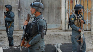 Des policiers en faction près d'une mosquée chiite, cible d'un attentat le 29septembre2017.