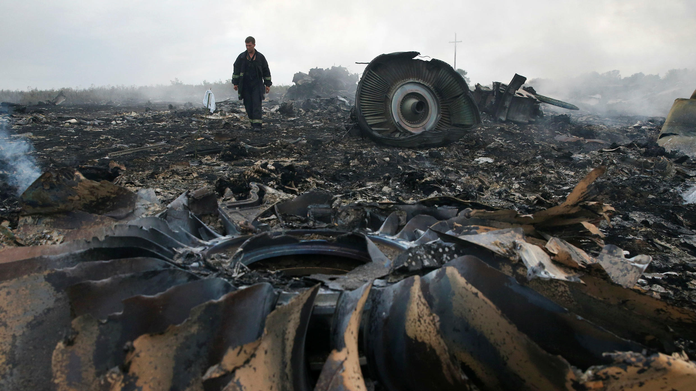 Un miembro del Ministerio de Emergencias camina en el sitio del accidente aéreo de Malaysia Airlines Boeing 777 cerca del asentamiento de Grabovo (Hrabove) en la región de Donetsk, Ucrania, el 17 de julio de 2014.