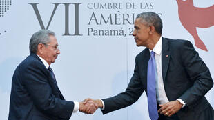 Barack Obama et Raul Castro se serrent la main au septième Sommet des Amériques.