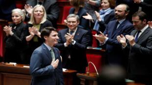 Justin Trudeau es aplaudido por el Primer Ministro francés Edouard Philippe y diputados de la Asamblea Nacional de Francia en un discurso histórico.