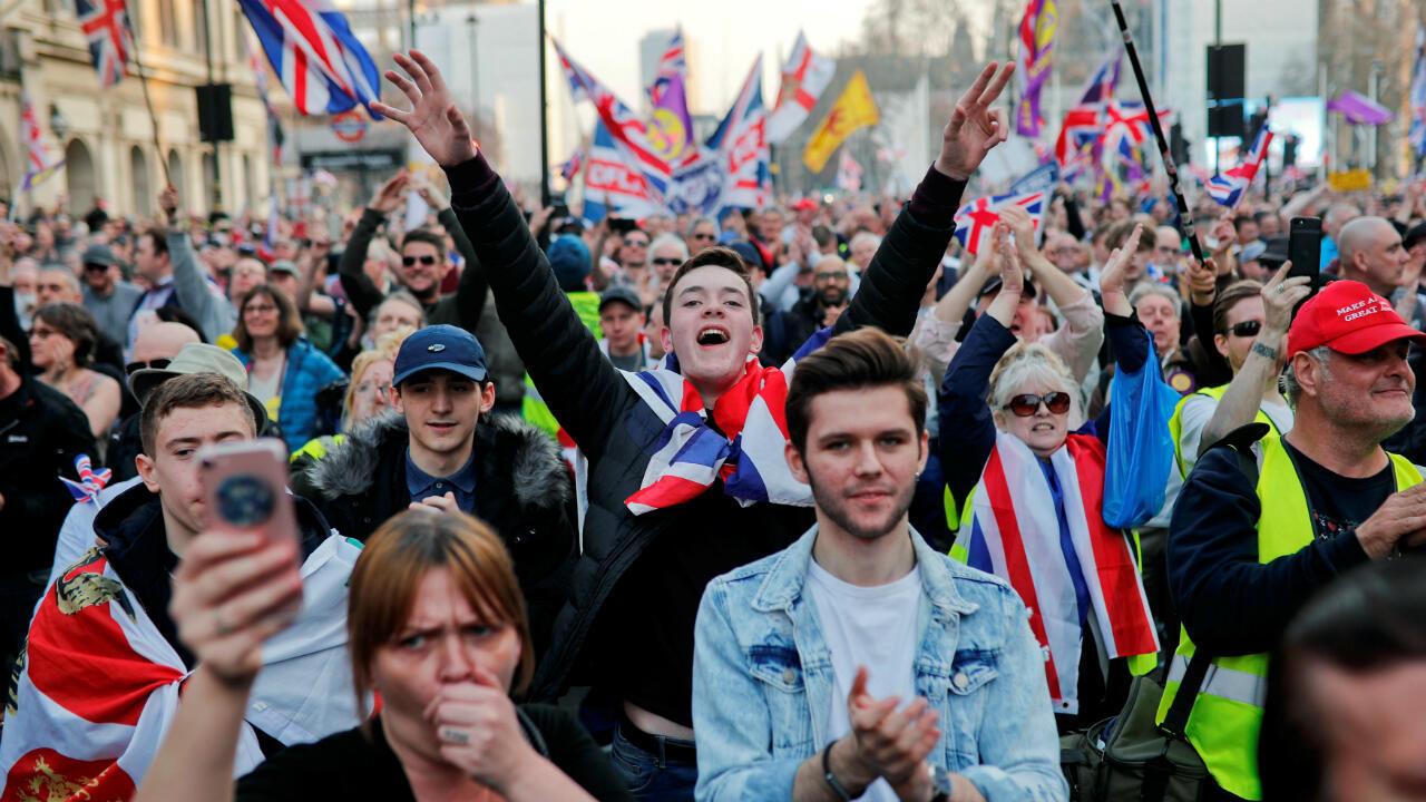 Manifestantes a favor del Brexit gesticulan y ondean banderas fuera del Parlamento en Londres, Reino Unido, el 29 de marzo de 2019.