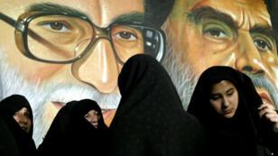 La loi iranienne impose aux femmes de sortir tête voilée et le corps couvert d'un vêtement ample plus ou moins long.