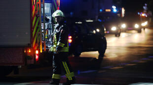 Des pompiers près des rails de Wuerzburg, en Bavière, à la suite de l'attaque à la hache dans un train régional, lundi 18 juillet 2016.