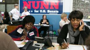 Des militants et des élus démocrates font campagne par téléphone à Atlanta, dans l'État de Géorgie.