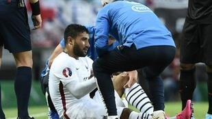 المهاجم الفرنسي نبيل فقير بعد اصابته خلال المباراة امام البرتغال في لشبونة في 4 ايلول/سبتمبر 2015