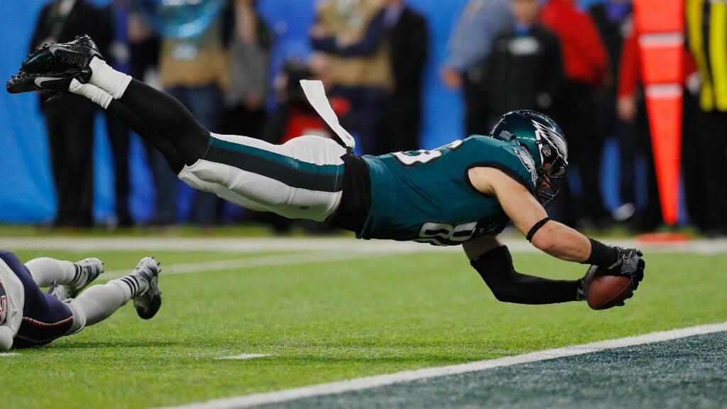 """Zach Ertz des Philadelphie Eagles plonge dans l'en-but, dimanche 4 février 2018, pour marquer un """"touchdown"""" lors du Super Bowl."""
