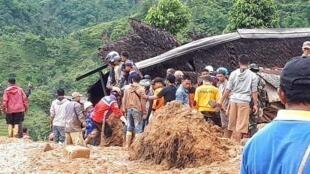 فرق الإنقاذ الإندونيسية تواصل البحث عن مفقودين بعد انزلاق للتربة بمقاطعة جاوا 1 يناير/ك1 2019