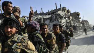 """مقاتلون من """"قوات سوريا الديمقراطية"""" بالرقة"""