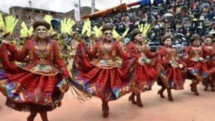 لوحة راقصة في افتتاح كرنفال أورورو في بوليفيا في 10 شباط/فبراير 2018