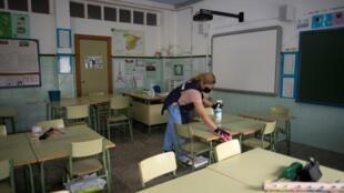 Désinfection d'une classe avant la rentrée scolaire à Ronda, dans le sud de l'Espagne, le 1er septembre 2020