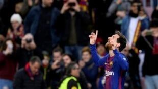 ميسي يحتفل بعد تسجيله الهدف الأول لبرشلونة في مرمى ضيفه ليفانتي في 7 كانون الثاني/يناير 2018