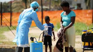 Personal médico en labores de desinfección en un centro de tratamiento para el cólera. Beira, Mozambique, 1 de abril de 2019.