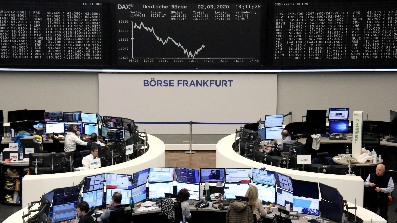 Proyección del índice DAX en la bolsa de Fráncfort, Alemania. 2 de marzo de 2020.