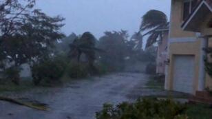De fortes rafales de vent frappent la ville de Freeport, dans les Bahamas, pendant le passage de l'ouragan Dorian sur l'île de Grand Bahama, le 2 septembre 2019.