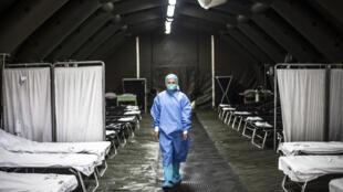 Esta imagen de archivo, tomada el 27 de febrero de 2020 en Lima, muestra el interior de una unidad sanitaria móvil instalada como medida preventiva ante la pandemia de COVID-19, cuando Perú aún no registraba ningún caso del nuevo coronavirus