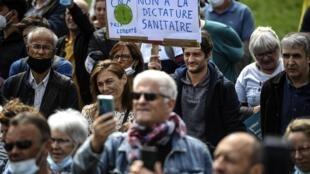 """""""Non à la dictature sanitaire"""", clament les manifestants réunis à Paris le 29 août, place de la Nation, pour dénoncer l'obligation du port du masque."""
