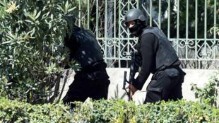 Les forces de sécurité tunisiennes sécurisent la zone autour du musée du Bardo, le 18 mars.