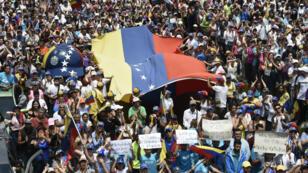 Des partisans du leader d'opposition et président par intérim autoproclamé, Juan Guaido, à San Antonio de Los Altos, le 30 mars.