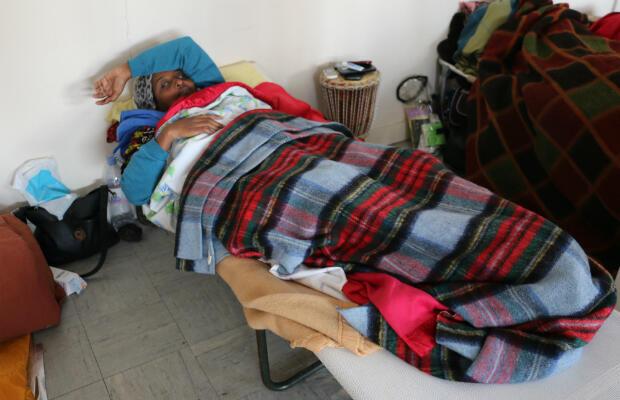 Fatiguée par la grève de la faim, Fatouma, 38 ans, reste allongée le plus clair de la journée.
