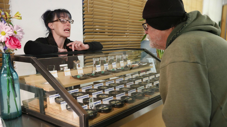 Una vendedora asiste a un cliente en la tienda Harborside, especializada en cannabis, de Oakland el 1ro de enereo de diciembre de 2018