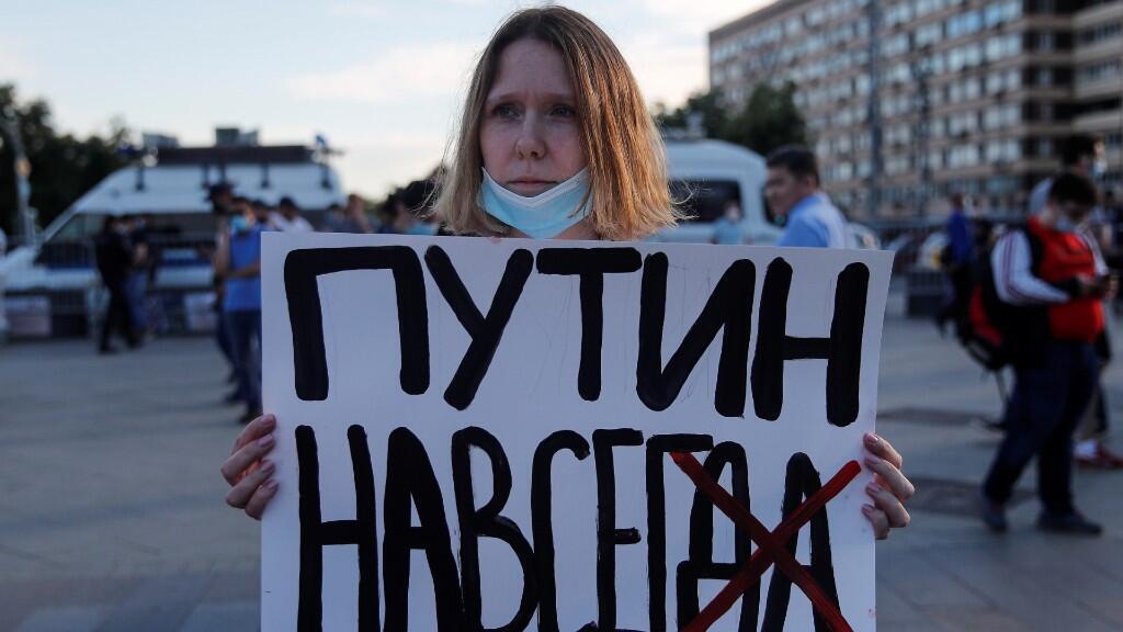 Una manifestante toma un cartel durante una serie de protestas, organizadas por la oposición, en contra del referendo organizado. En Moscú, Rusia, el 1 de julio de 2020.