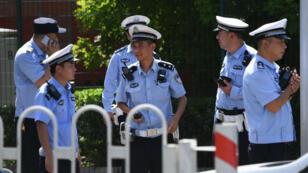 Des policiers chinois en faction devant l'ambassade américaine à Pékin, jeudi 26 juillet.